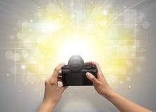 Main prenant la photo avec le concept instantané rougeoyant Photos stock