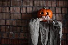 Main principale Halloween de signe de monstre de potiron Photographie stock