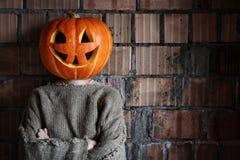 Main principale Halloween de signe de monstre de potiron Images stock