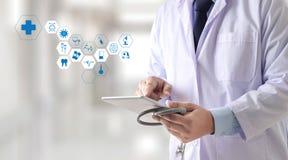 Main professionnelle de docteur de soins de santé de médecine fonctionnant avec le mode images libres de droits