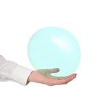 Main prolongée tenant la bulle fragile Succès, concept financier images libres de droits