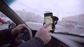 Main recherchant un endroit sur le navigateur dans la voiture clips vidéos