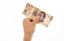 Main retenant 500 pesos Bill Images libres de droits
