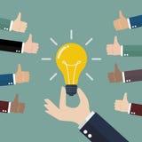 Main retenant l'ampoule Image libre de droits