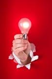 Main retenant l'ampoule Photographie stock
