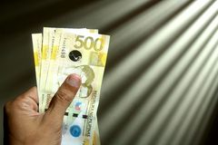 Main retenant l'argent photo libre de droits