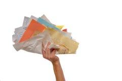 Main retenant la liasse énorme du papier photo libre de droits