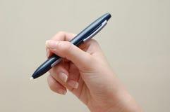 Main retenant le crayon lecteur électronique de flèche indicatrice Photo stock