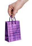 Main retenant le sac lilas décoratif Image libre de droits