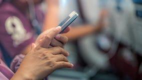 Main retenant le téléphone intelligent mobile photo stock