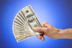 Main retenant les dollars américains d'argent Image libre de droits