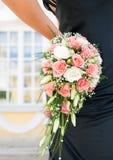 Main retenant un bouquet photos libres de droits