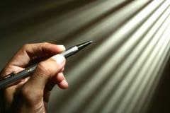 Main retenant un crayon lecteur photographie stock libre de droits