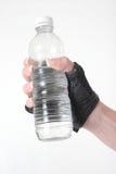 Main retenant une bouteille de l'eau photo libre de droits