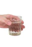 Main retenant une glace de l'eau photographie stock