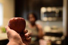 Main retenant une pomme images libres de droits