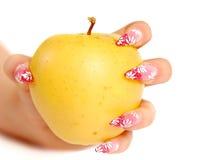 Main, retenant une pomme sur le blanc Photo libre de droits