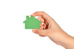 Main sélectionnant la maison verte Image stock