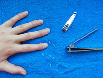 Main s'étendant sur la serviette avec des coupe-ongles photo libre de droits