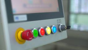 Main scientifique médicale d'homme de technicien de laboratoire appuyant sur des boutons pour commencer la ligne machine d'équipe banque de vidéos