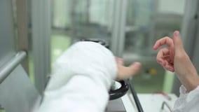 Main scientifique médicale d'homme de technicien de laboratoire appuyant sur des boutons pour commencer la ligne machine d'équipe clips vidéos
