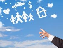 Main se dirigeant aux nuages de famille et de ménage Images libres de droits