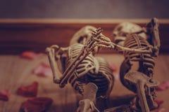 Main se tenante squelettique pour l'amour éternel Orientation sélectrice en main Image stock