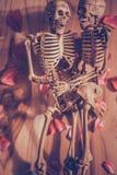 Main se tenante squelettique pour l'amour éternel Orientation sélectrice en main Photographie stock