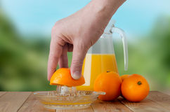 Main serrant l'orange fraîche photographie stock