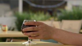 Main soulevant un verre de champagne Bouillonne le plan rapproché 4K clips vidéos
