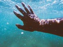 Main sous l'eau Images libres de droits