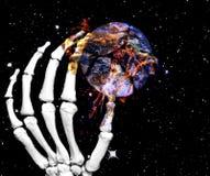 Main squelettique avec la terre de planète Images stock