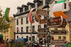 Main Street Ardara Ståndsmässiga Donegal ireland arkivbilder