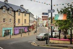 Main Street Ardara Ståndsmässiga Donegal ireland royaltyfri foto