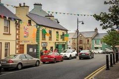 Main Street Ardara Ståndsmässiga Donegal ireland royaltyfria bilder