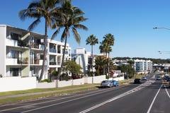 Main Street dalle palme e dagli edifici residenziali Fotografie Stock Libere da Diritti