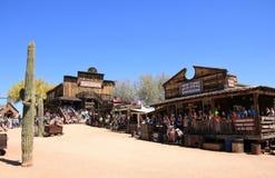 Main Street de ville fantôme de terrain aurifère - Arizona, Etats-Unis image libre de droits