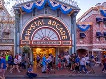 Main Street Disneyland la nuit Photos libres de droits