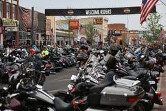 Main Street durante a reunião a maior da motocicleta dos mundos em Sturgis foto de stock royalty free