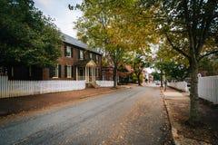 Main Street e casas velhas em Salem Historic District idoso, i Foto de Stock