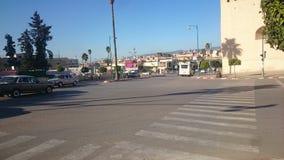 Main Street Huvud till den historiska Hadim fyrkanten i Meknes arkivfoto