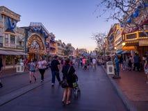Main Street los E.E.U.U., Disneyland en la noche imagen de archivo libre de regalías