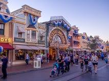 Main Street los E.E.U.U. Disneyland en la noche fotos de archivo libres de regalías