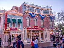 Main Street los E.E.U.U. Disneyland en la noche Foto de archivo libre de regalías