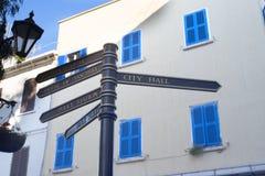 Main Street sur le rocher de Gibraltar à l'entrée vers la mer Méditerranée Photographie stock libre de droits