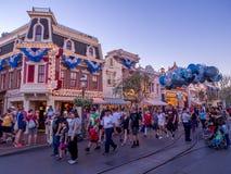 Main Street U.S.A. Disneyland alla notte fotografie stock libere da diritti