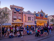 Main Street U.S.A. Disneyland alla notte fotografia stock libera da diritti