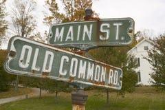 Main Street USA och gammalt gemensamt vägmärke i höst, västra Massachusetts, New England Royaltyfri Bild