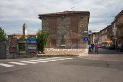 Main Street in Volpedo Italien stockbilder