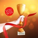 Main supportant le trophée Illustration de tasse de gagnant de vecteur Bande rouge Photographie stock libre de droits